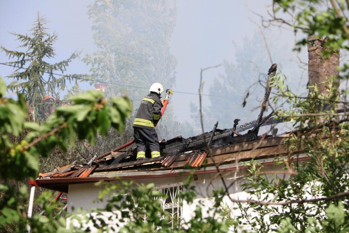 Yozgat ta 2 katlı evin çatısı yandı  #4