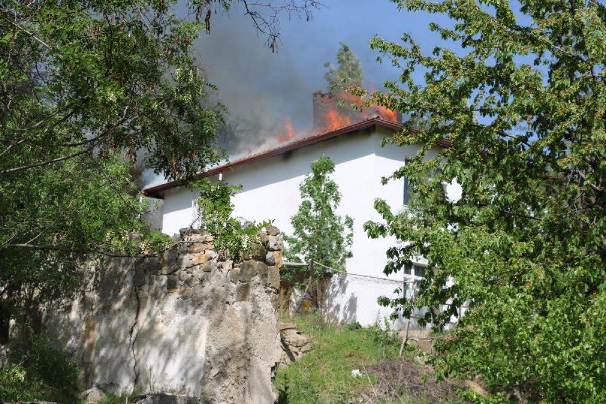 Yozgat ta 2 katlı evin çatısı yandı  #1