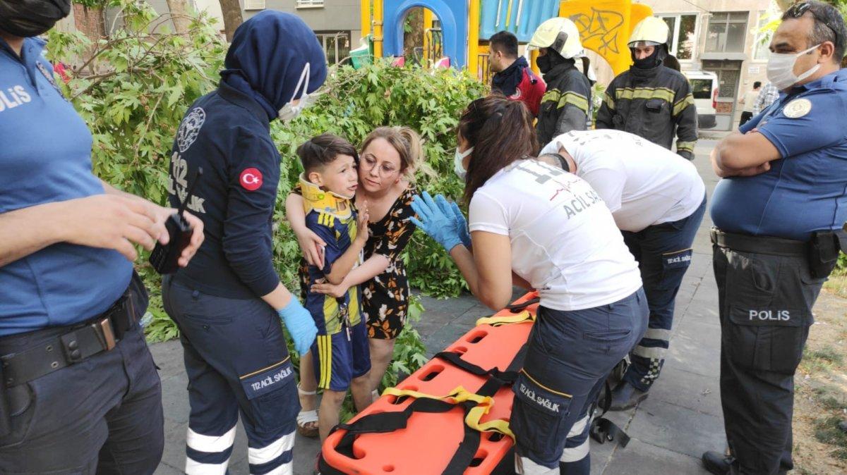 Denizli de üzerine ağaç devrilen çocuk iğneden korktuğu için ambulansa binmedi #4