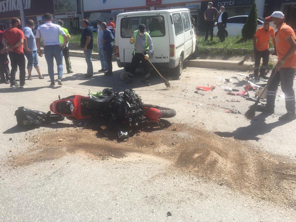 Amasya'da motosikletten fırlayıp minibüsün üstüne düştü #2