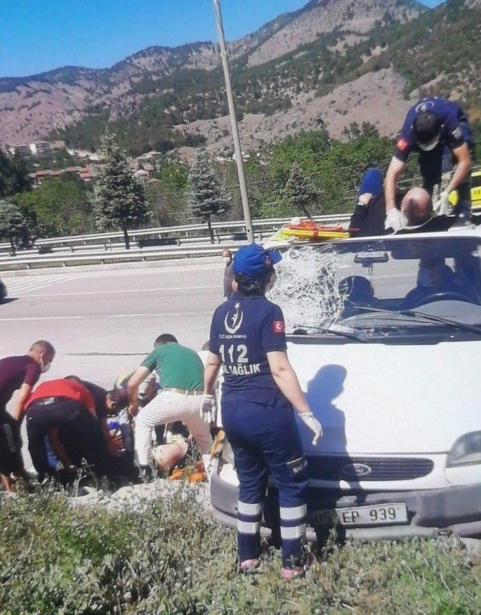 Amasya'da motosikletten fırlayıp minibüsün üstüne düştü #6