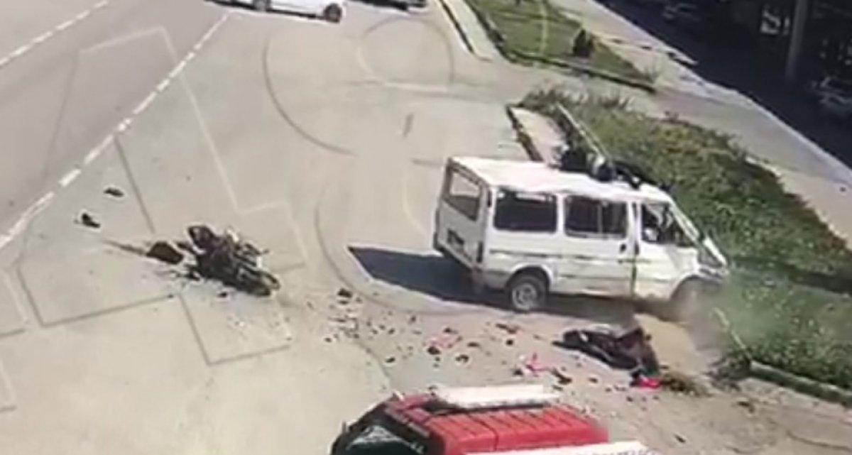 Amasya'da motosikletten fırlayıp minibüsün üstüne düştü #3