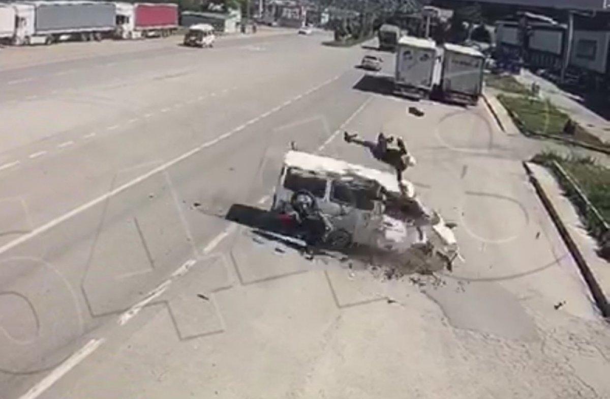 Amasya'da motosikletten fırlayıp minibüsün üstüne düştü #1