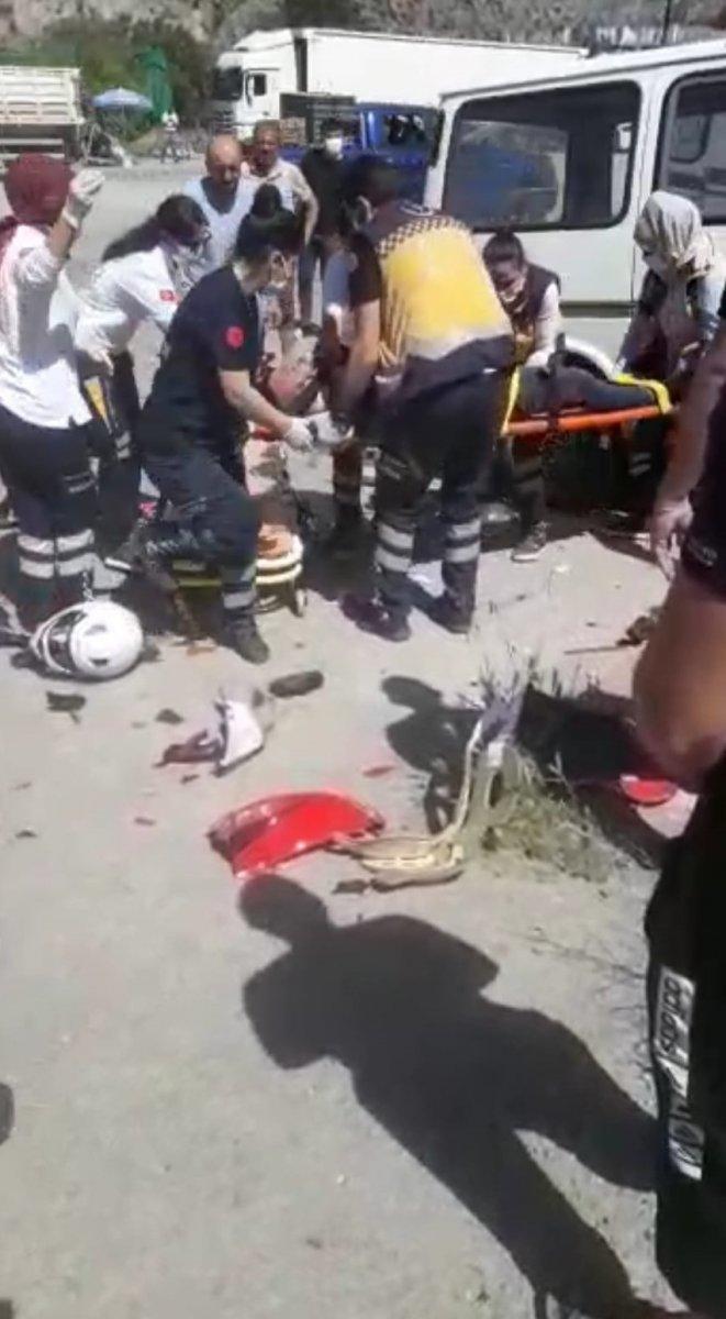 Amasya'da motosikletten fırlayıp minibüsün üstüne düştü #5