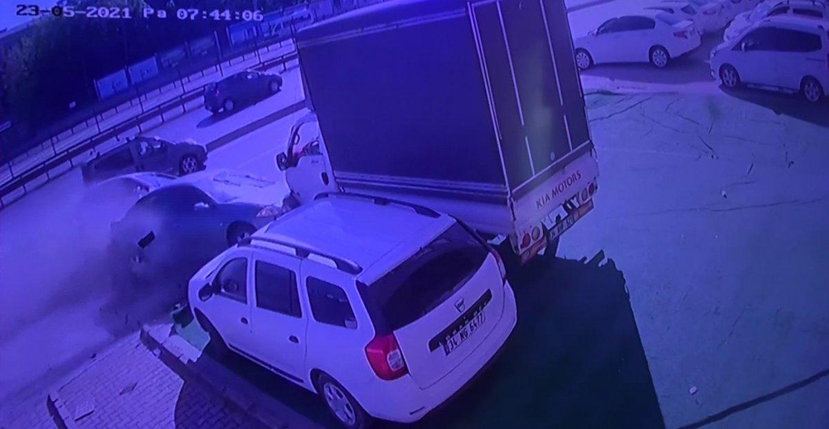 Avcılar da makas atan sürücü, 12 araca zarar verdi #1