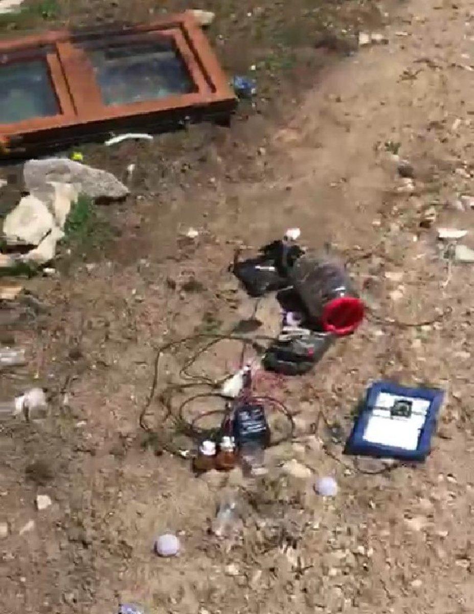 Rize'de aç kalan ayı evin altını üstüne getirdi #2