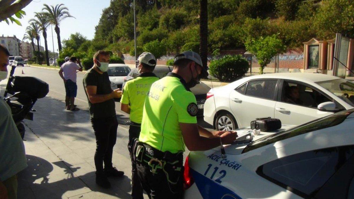 Antalya da kırmızı ışıkta geçen karı koca, polise beddua etti #2