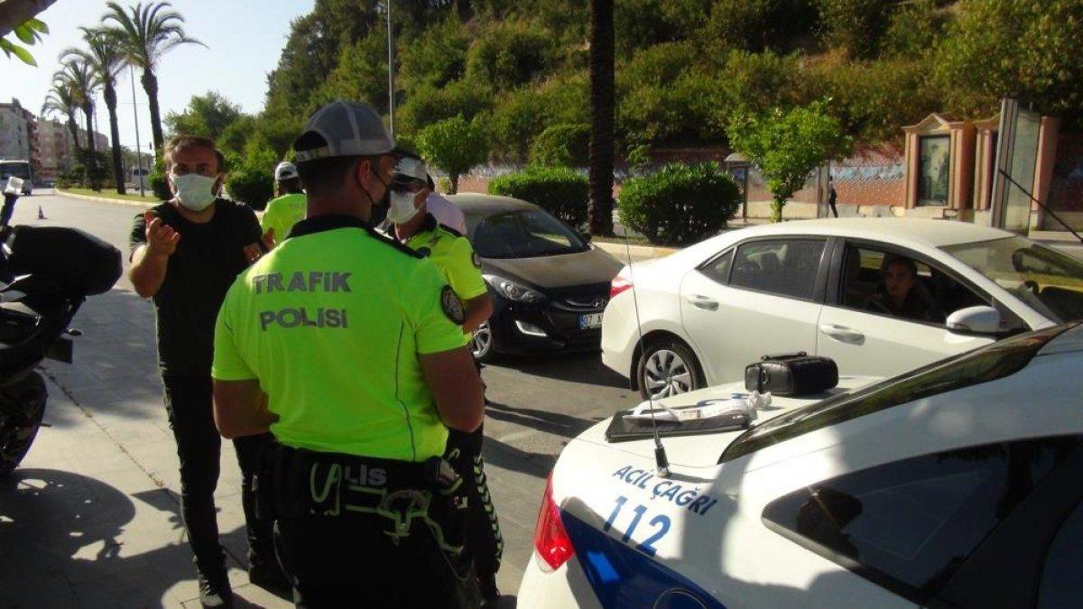 Antalya da kırmızı ışıkta geçen karı koca, polise beddua etti #1