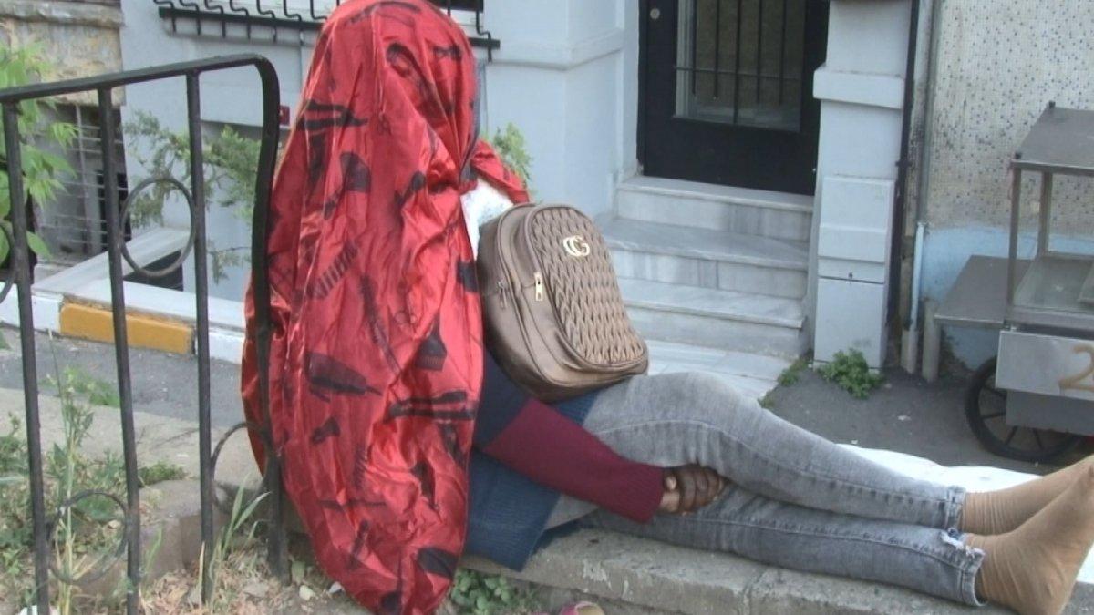 İstanbul da Afrikalı kadın 5 gündür oturduğu yerden kalkmıyor #2