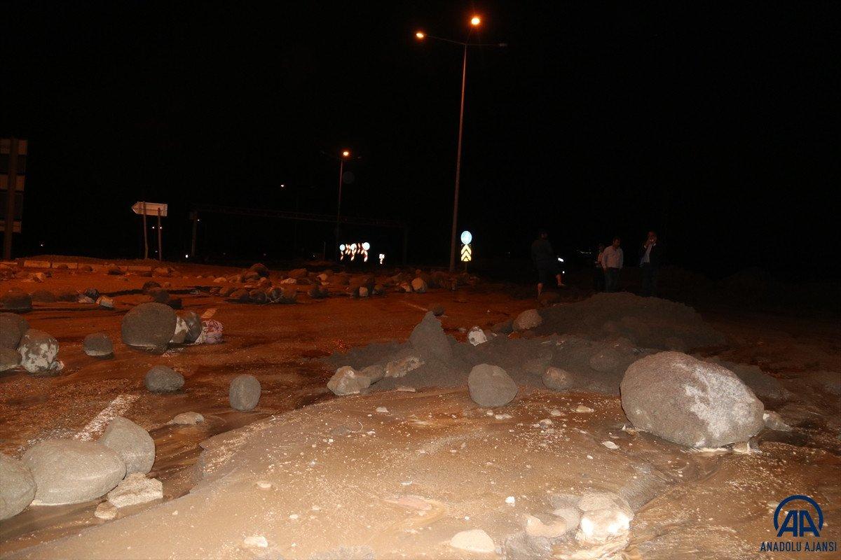 Iğdır da meydana gelen sel Türkiye - Nahçıvan yolunu kapattı #1