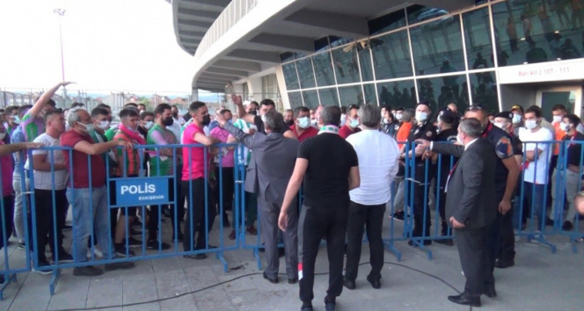 Eskişehir de Play-off finalindeki bilet sıkıntısı sosyal mesafeyi unutturdu #2