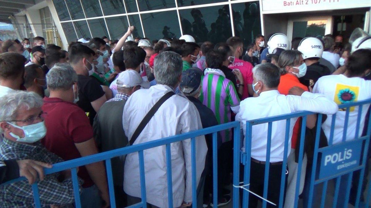 Eskişehir de Play-off finalindeki bilet sıkıntısı sosyal mesafeyi unutturdu #1