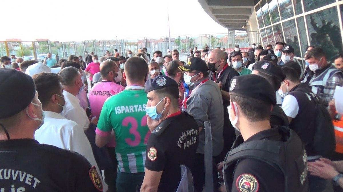 Eskişehir de Play-off finalindeki bilet sıkıntısı sosyal mesafeyi unutturdu #3