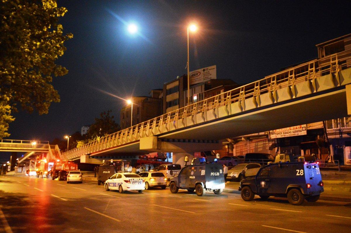 İstanbul da viyadük altında 4 otomobil yandı #2