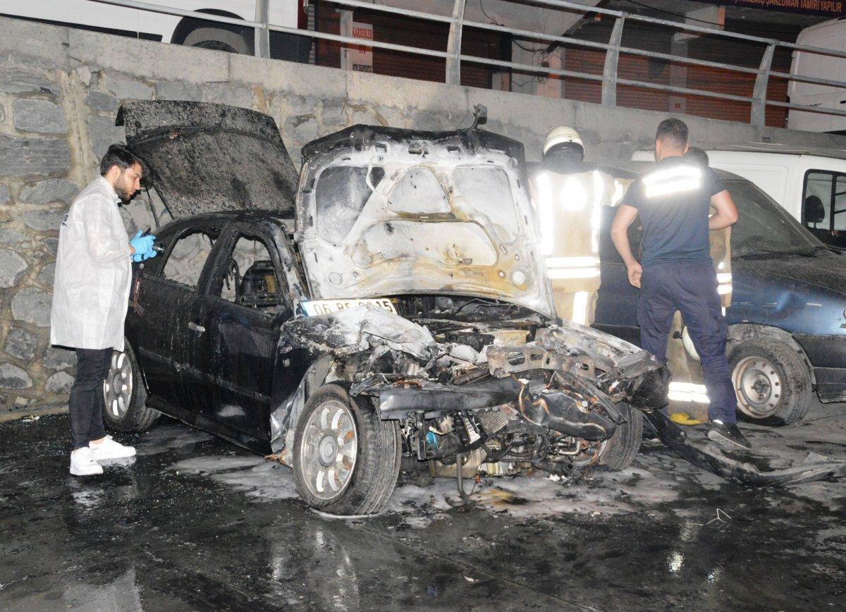 İstanbul da viyadük altında 4 otomobil yandı #1