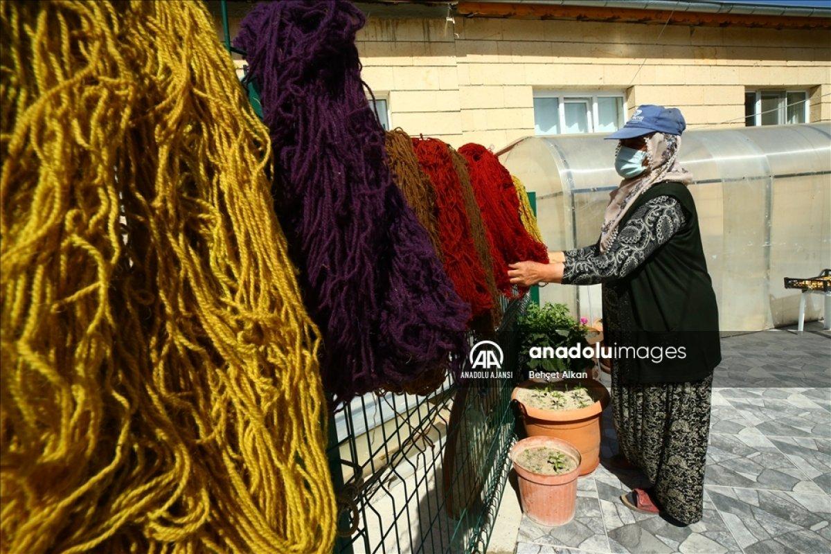 Nevşehir de bitkilerle boyadığı iplerle kilim yapıyor #3