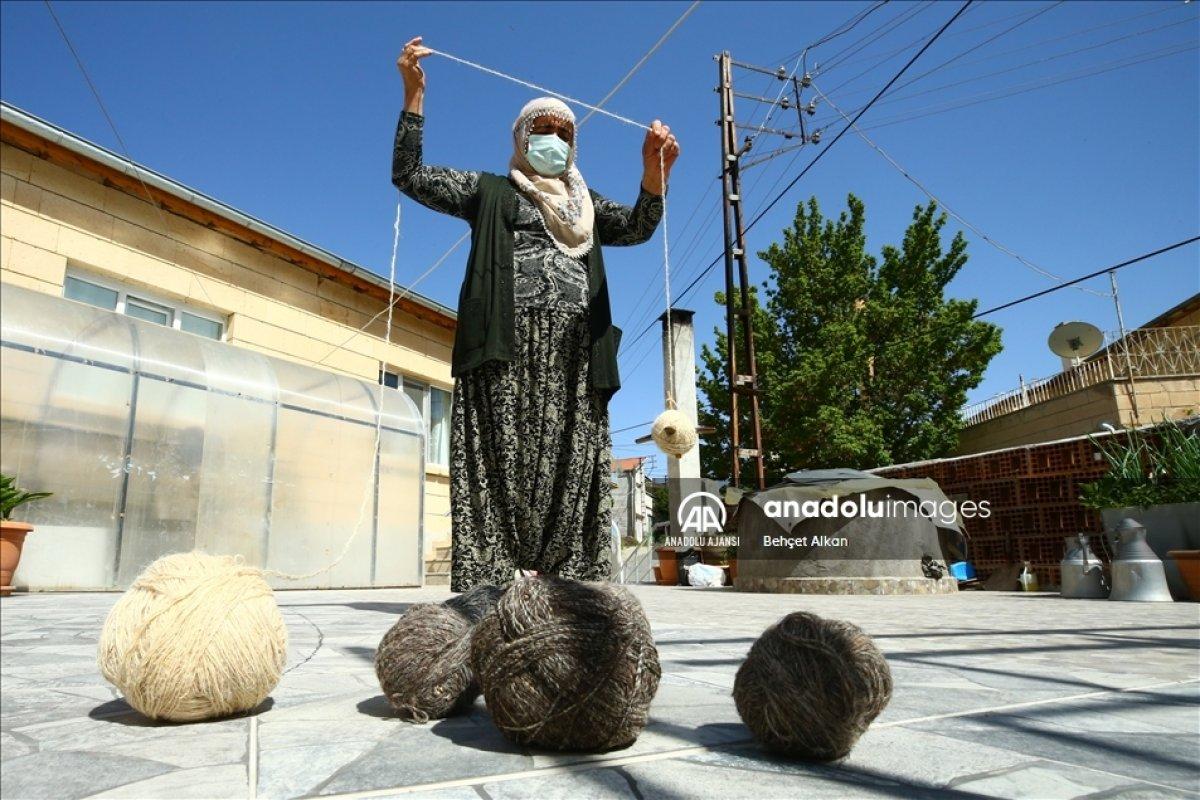 Nevşehir de bitkilerle boyadığı iplerle kilim yapıyor #4