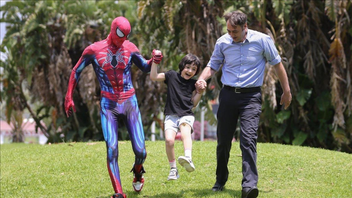 Minik Özge nin  Antalyalı Örümcek Adam  ile buluşması #1