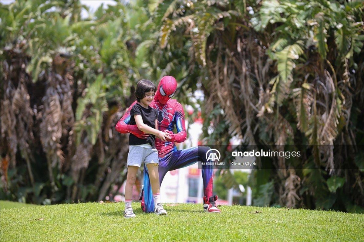 Minik Özge nin  Antalyalı Örümcek Adam  ile buluşması #4