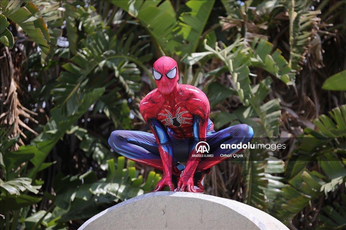 Minik Özge nin  Antalyalı Örümcek Adam  ile buluşması #2