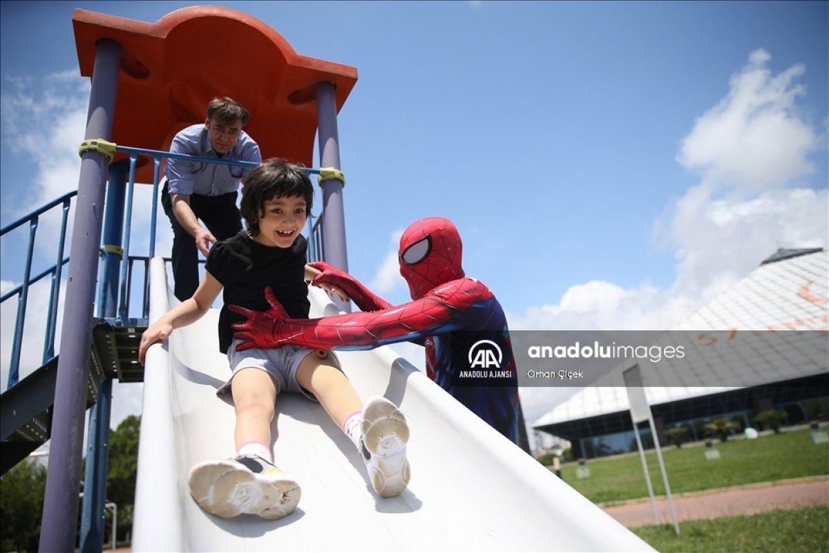 Minik Özge nin  Antalyalı Örümcek Adam  ile buluşması #3
