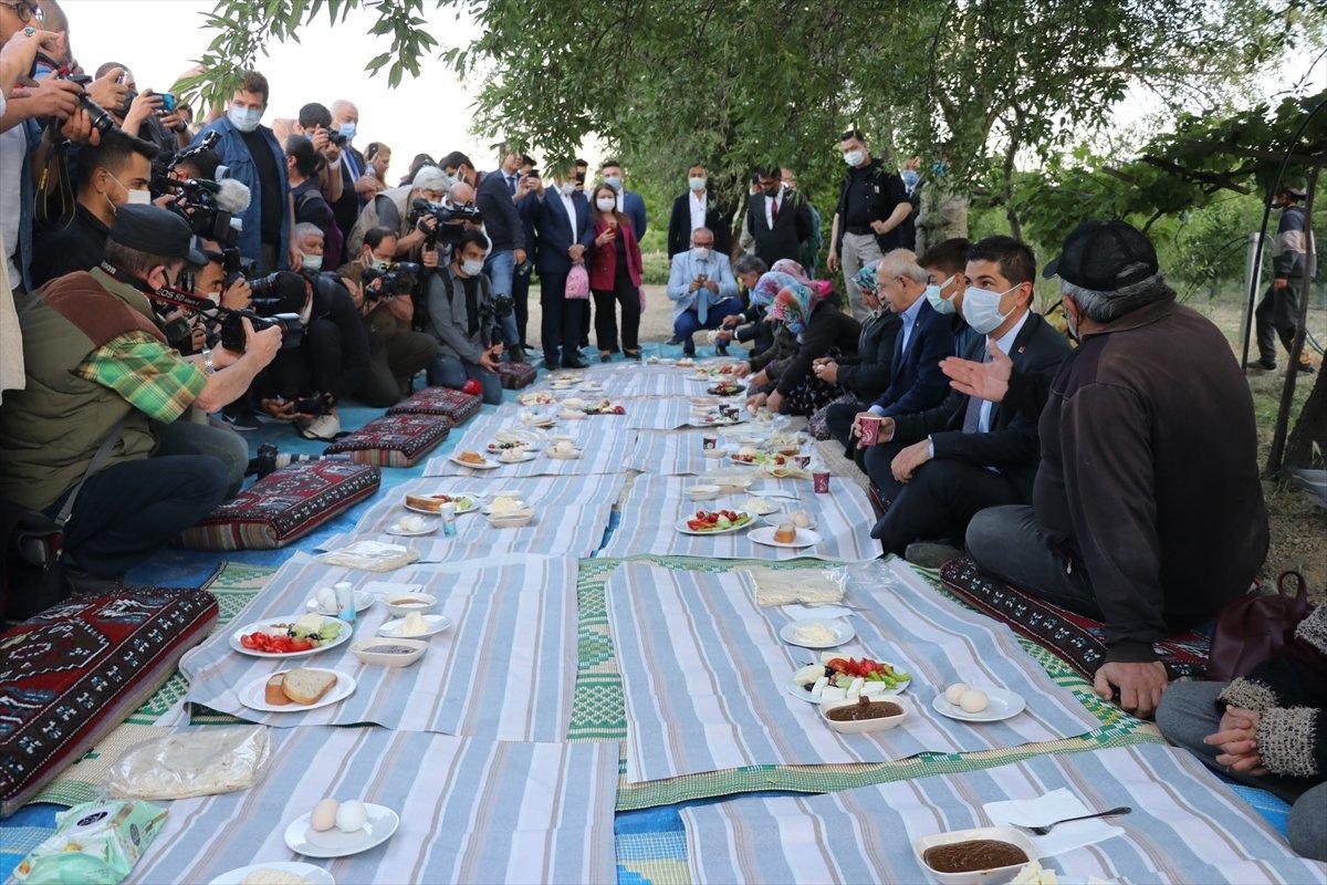 Kemal Kılıçdaroğlu, yer sofrasına ayakkabılarını çıkarmadan oturdu #3