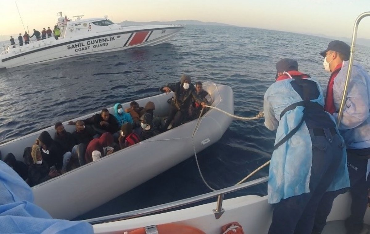 İzmir'de lastik botta 21 göçmen kurtarıldı #2