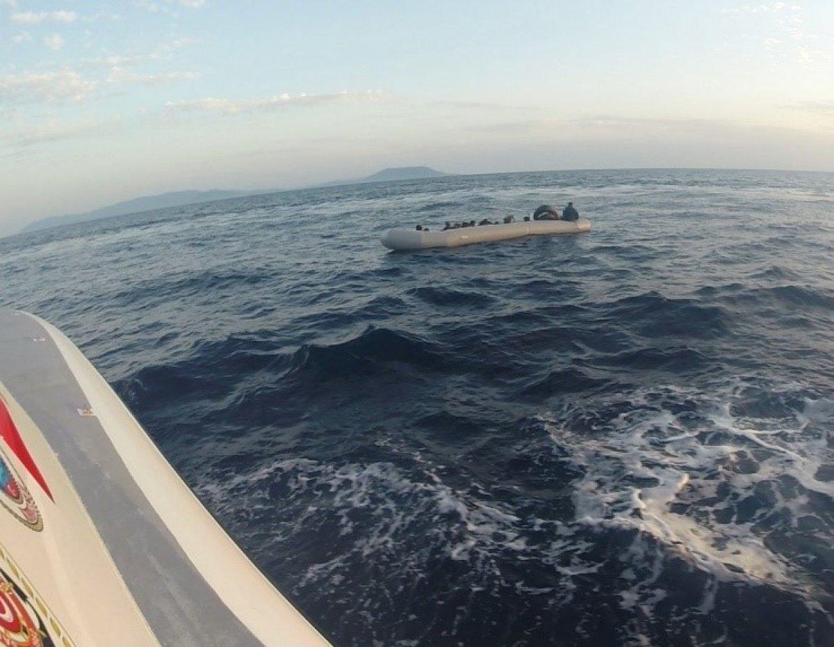İzmir'de lastik botta 21 göçmen kurtarıldı #1
