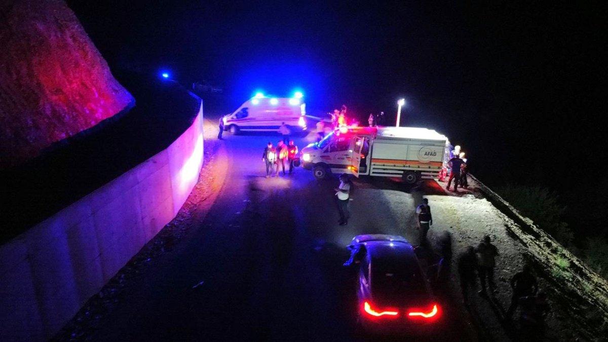 Afyonkarahisar da otomobil uçuruma yuvarlandı: 1 ölü, 4 yaralı #3