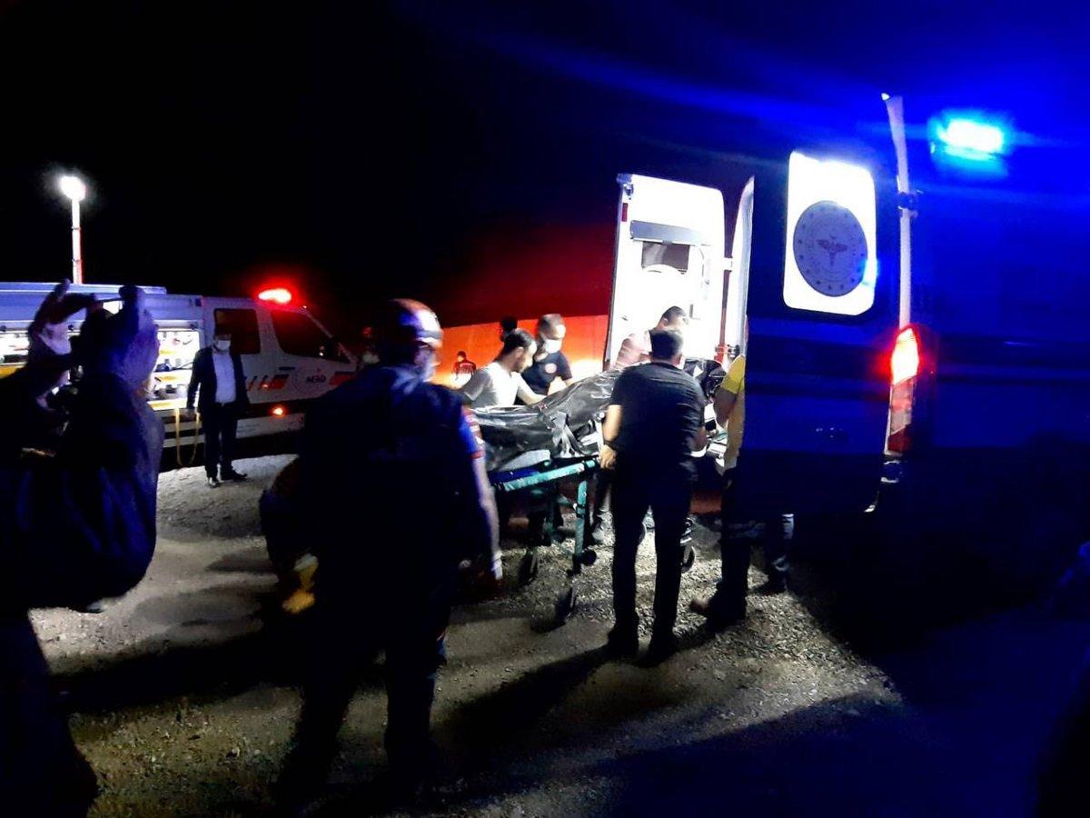 Afyonkarahisar da otomobil uçuruma yuvarlandı: 1 ölü, 4 yaralı #2