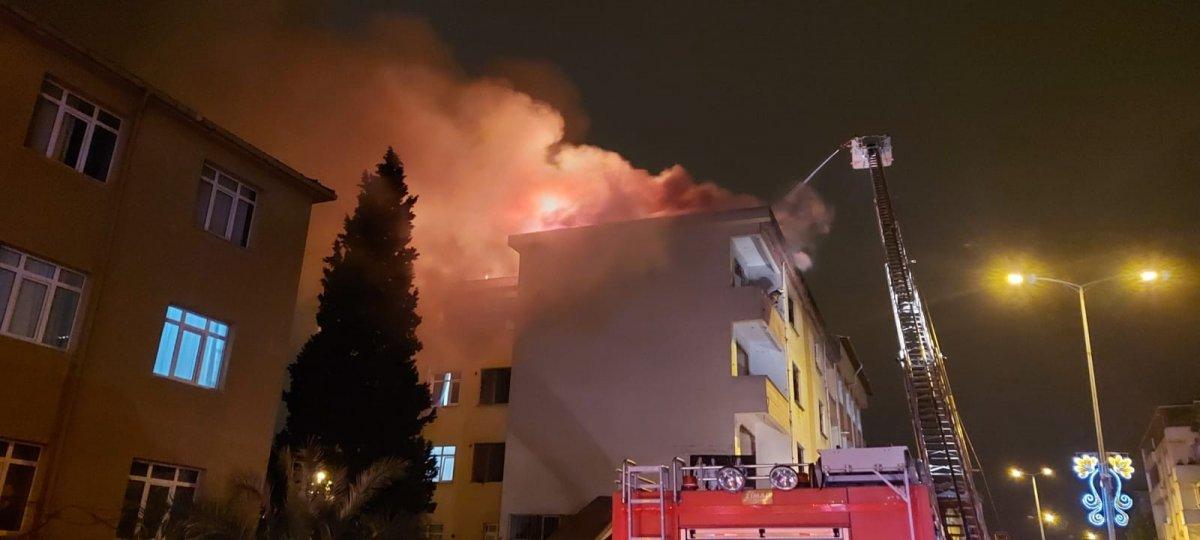 Sultanbeyli'de 5 katlı binanın çatı katında yangın çıktı #1