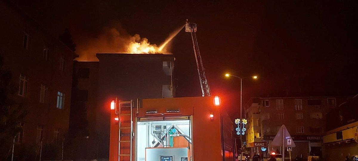 Sultanbeyli'de 5 katlı binanın çatı katında yangın çıktı #2