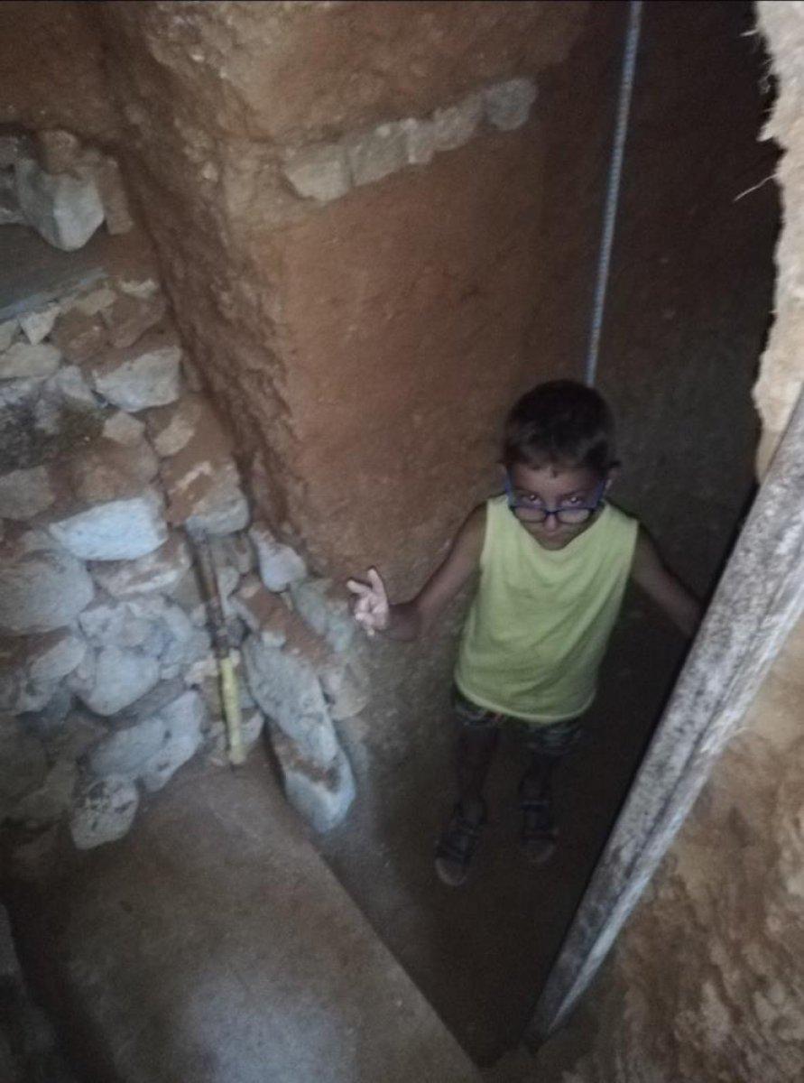 İspanya da ailesine kızan genç, yer altında ev inşa etti  #7