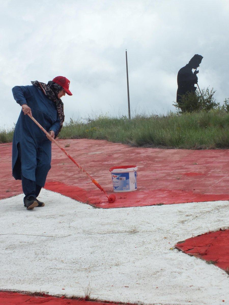 Yozgatlı emekli, solan Türk bayrağının boyasını yeniliyor #4