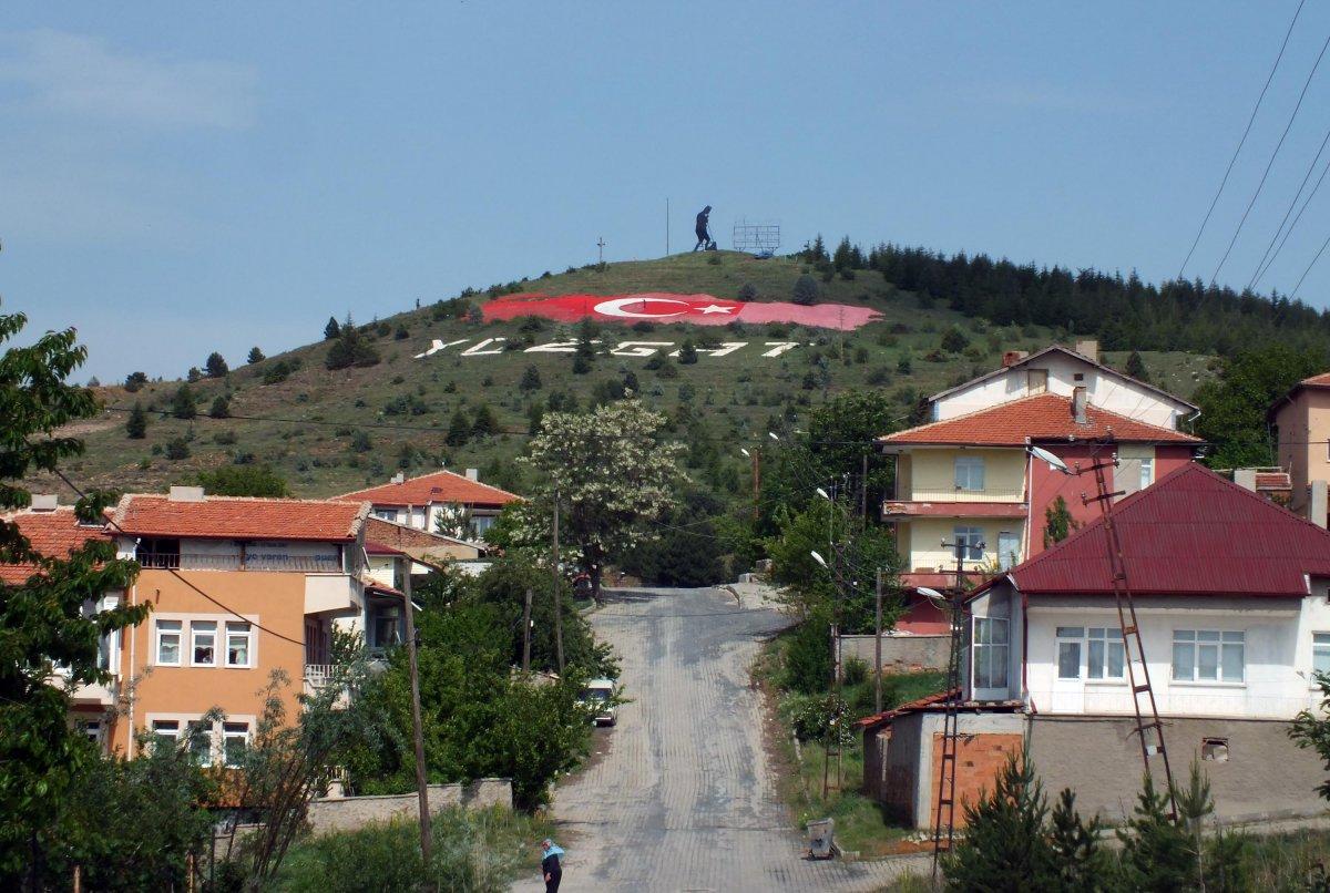 Yozgatlı emekli, solan Türk bayrağının boyasını yeniliyor #1
