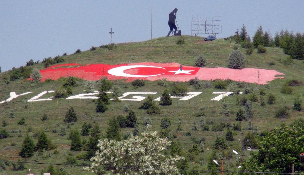 Yozgatlı emekli, solan Türk bayrağının boyasını yeniliyor #3