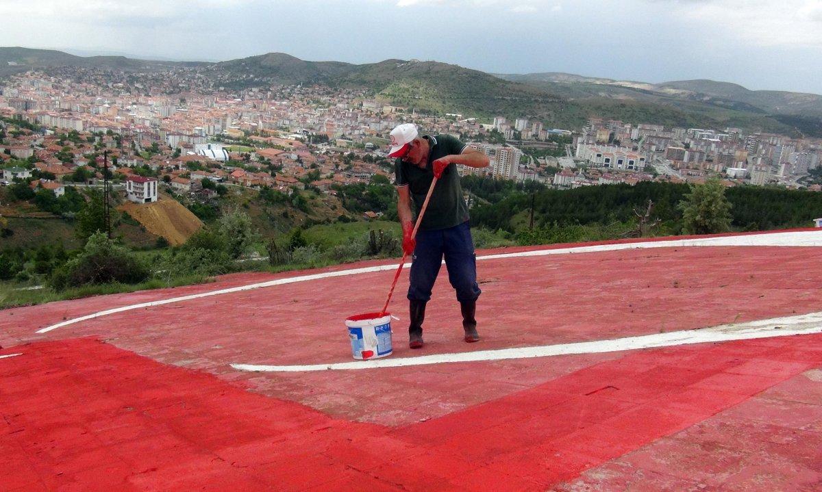 Yozgatlı emekli, solan Türk bayrağının boyasını yeniliyor #2