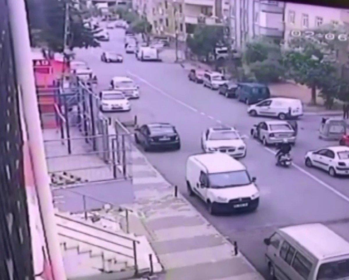 İstanbul da çalıntı otomobille kaza yapıp kaçtı #1