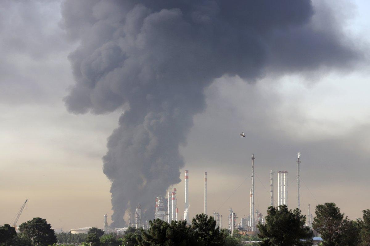 İran da petrol rafinerisinde yangın: 11 itfaiye eri yaralandı #2