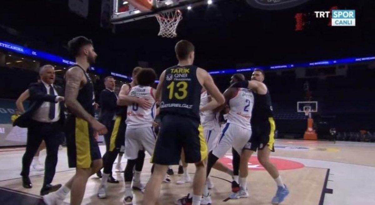 Anadolu Efes - Fenerbahçe maçında kavga #5