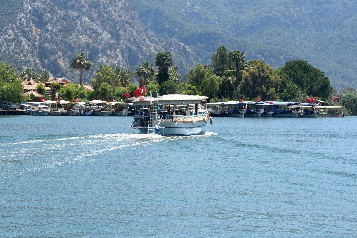 Dalyanda tekneciler turistleri bekliyor