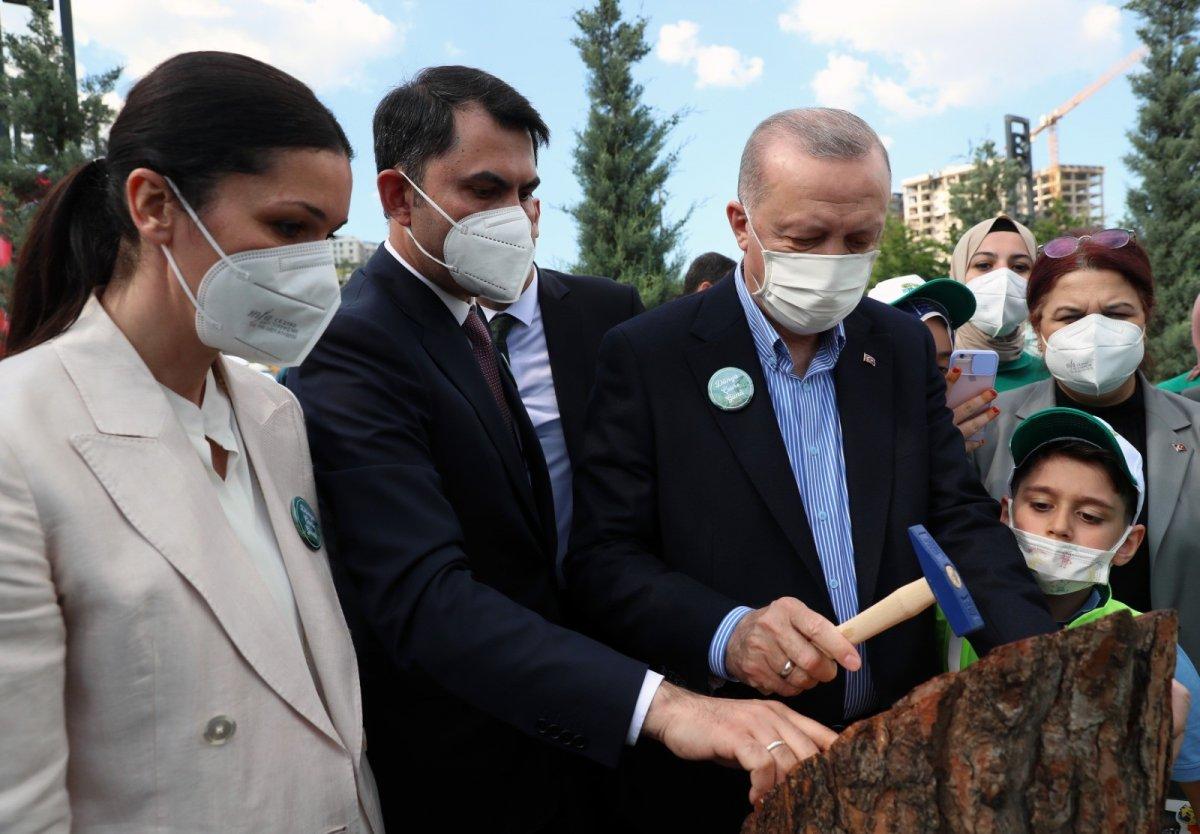 Murat Kurum, minik çevre müfettişinin ayakkabısındaki çamurları temizledi #1