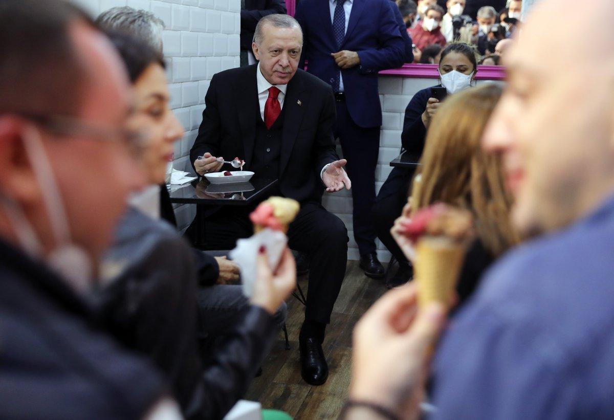Cumhurbaşkanı Erdoğan, Beylerbeyi nde vatandaşlarla sohbet edip dondurma yedi #2