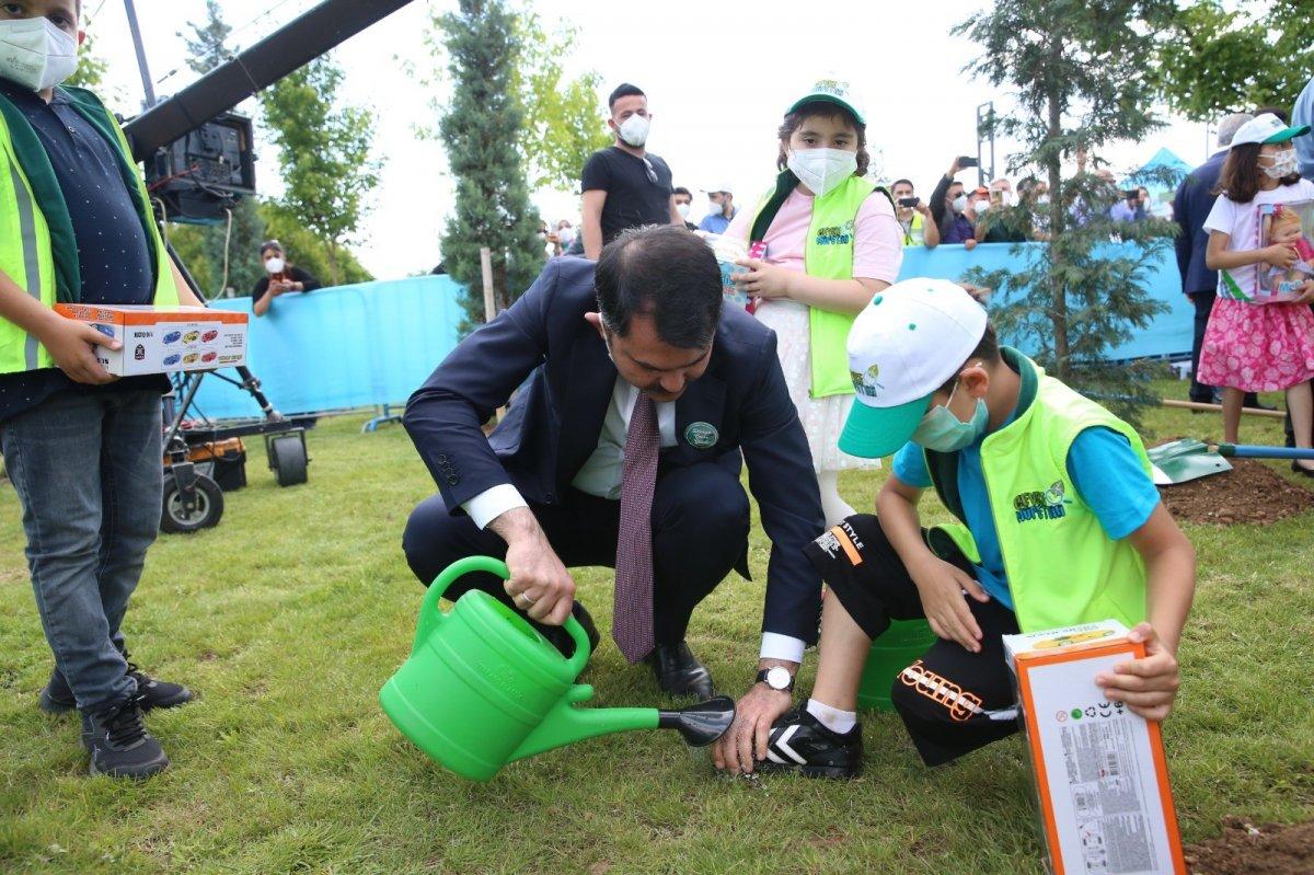 Murat Kurum, minik çevre müfettişinin ayakkabısındaki çamurları temizledi #2