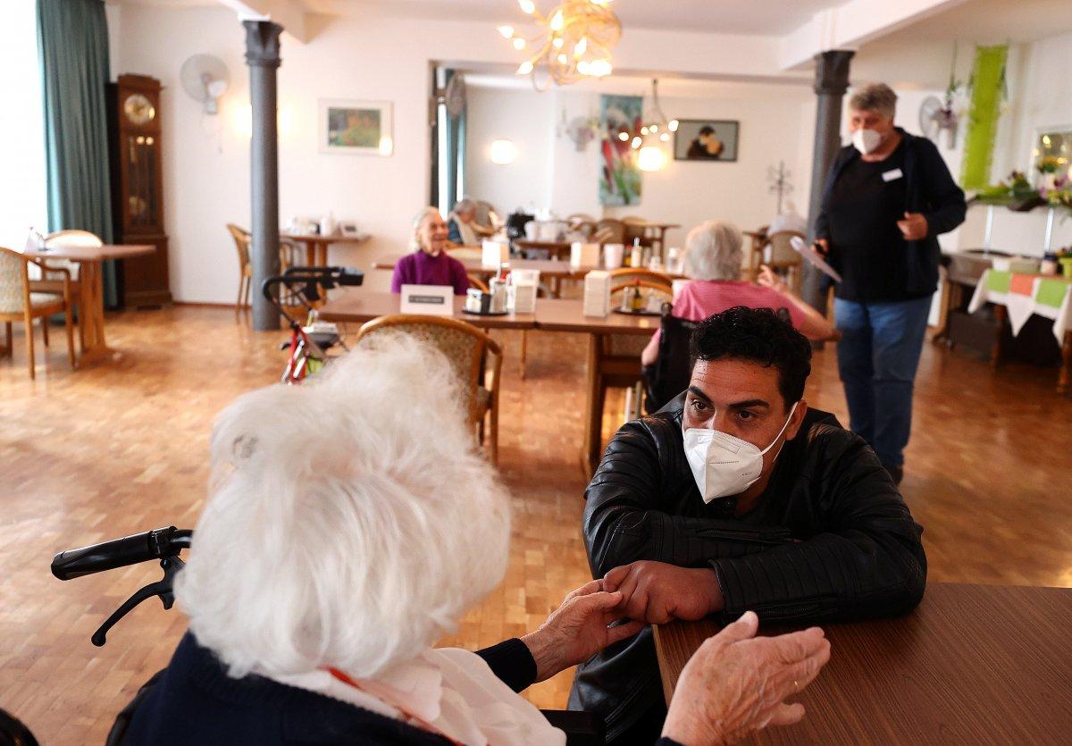 Almanya da skandal: Sakıncalı maskeler yaşlılara ve engellilere dağıtılacaktı #1