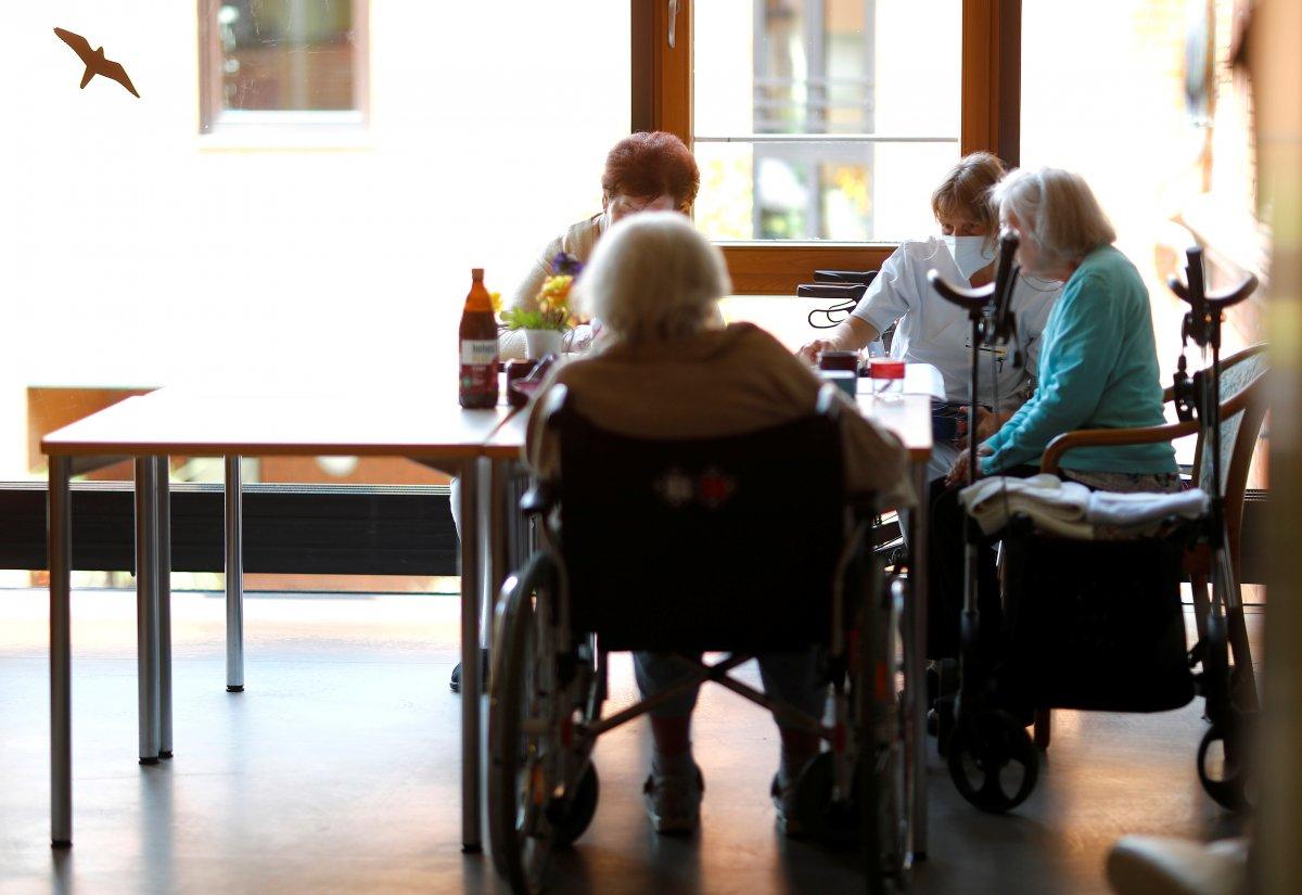 Almanya da skandal: Sakıncalı maskeler yaşlılara ve engellilere dağıtılacaktı #2