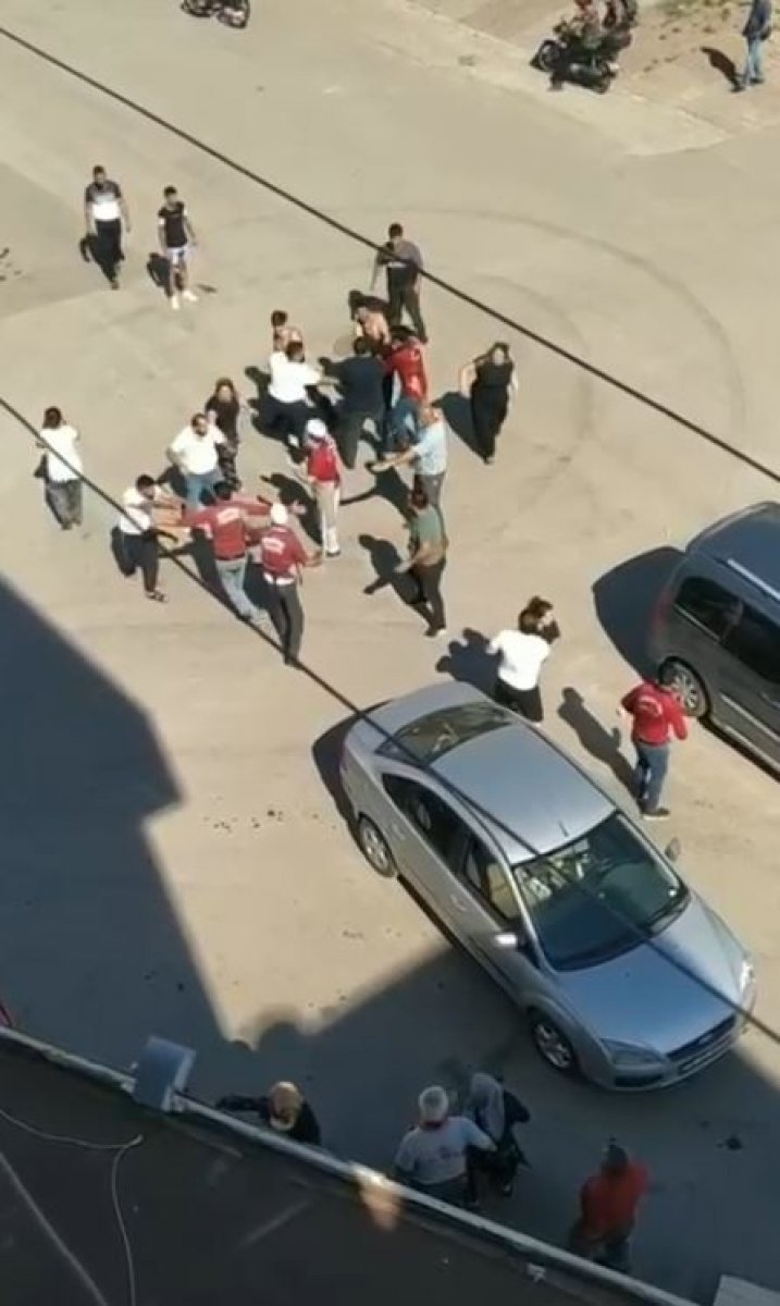 Antalya da çocuklar tartıştı, aileleri kavga etti #1