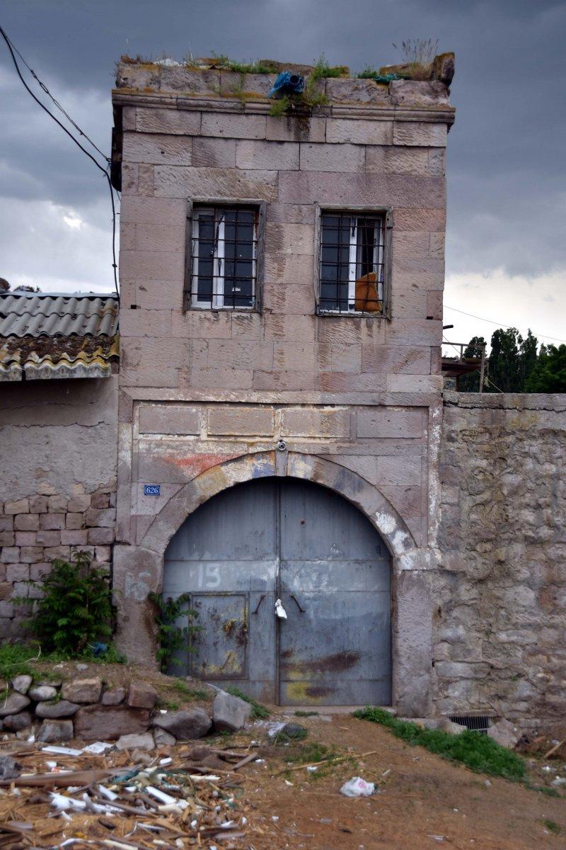 Atatürk'ün harf inkılabı için ziyaret ettiği tarihi han, ahır olarak kullanılıyor #4