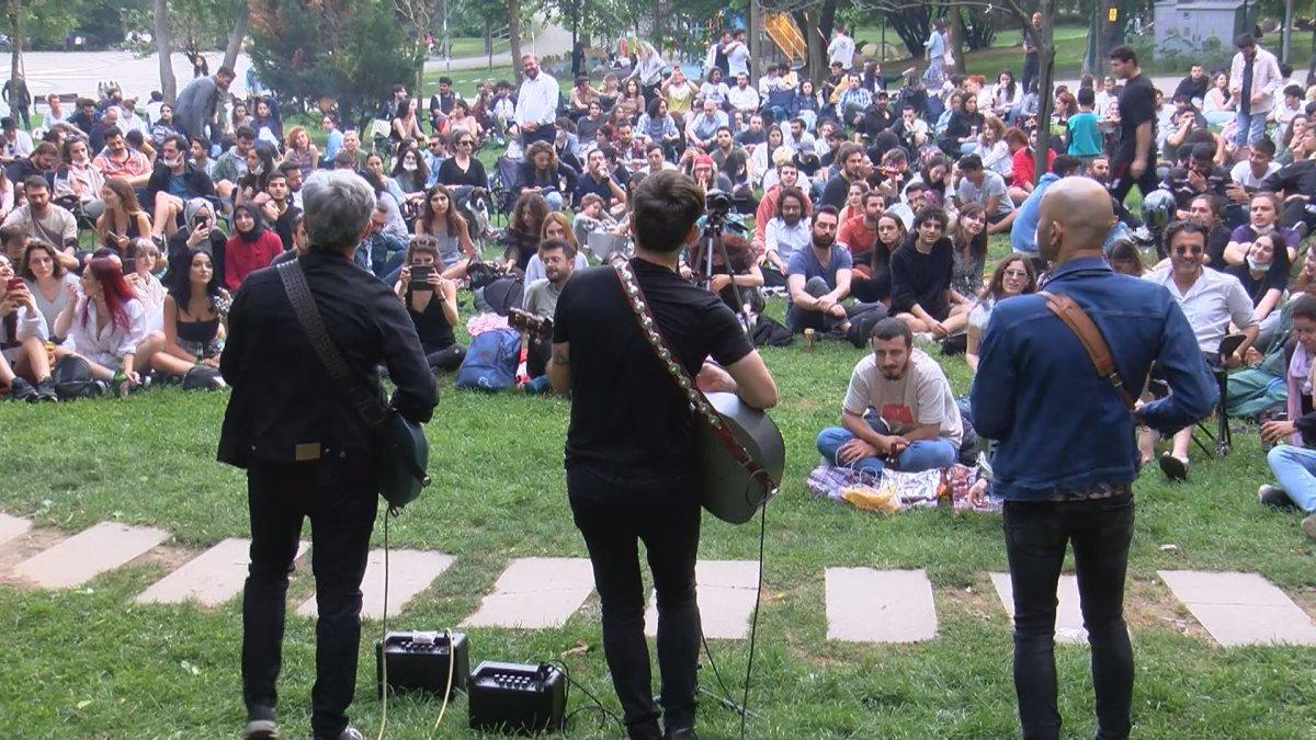 Maçka Parkı nda sosyal mesafeyi unutturan konser #3