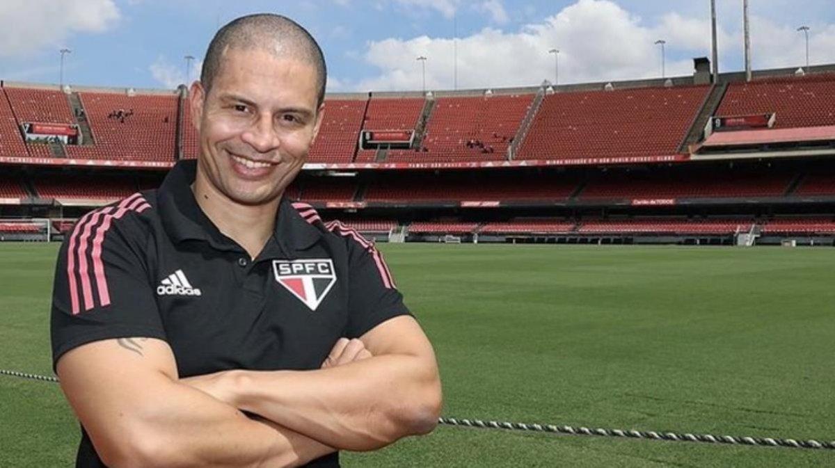 Alex de Souza takımını bilerek 10 kişi bıraktı #1